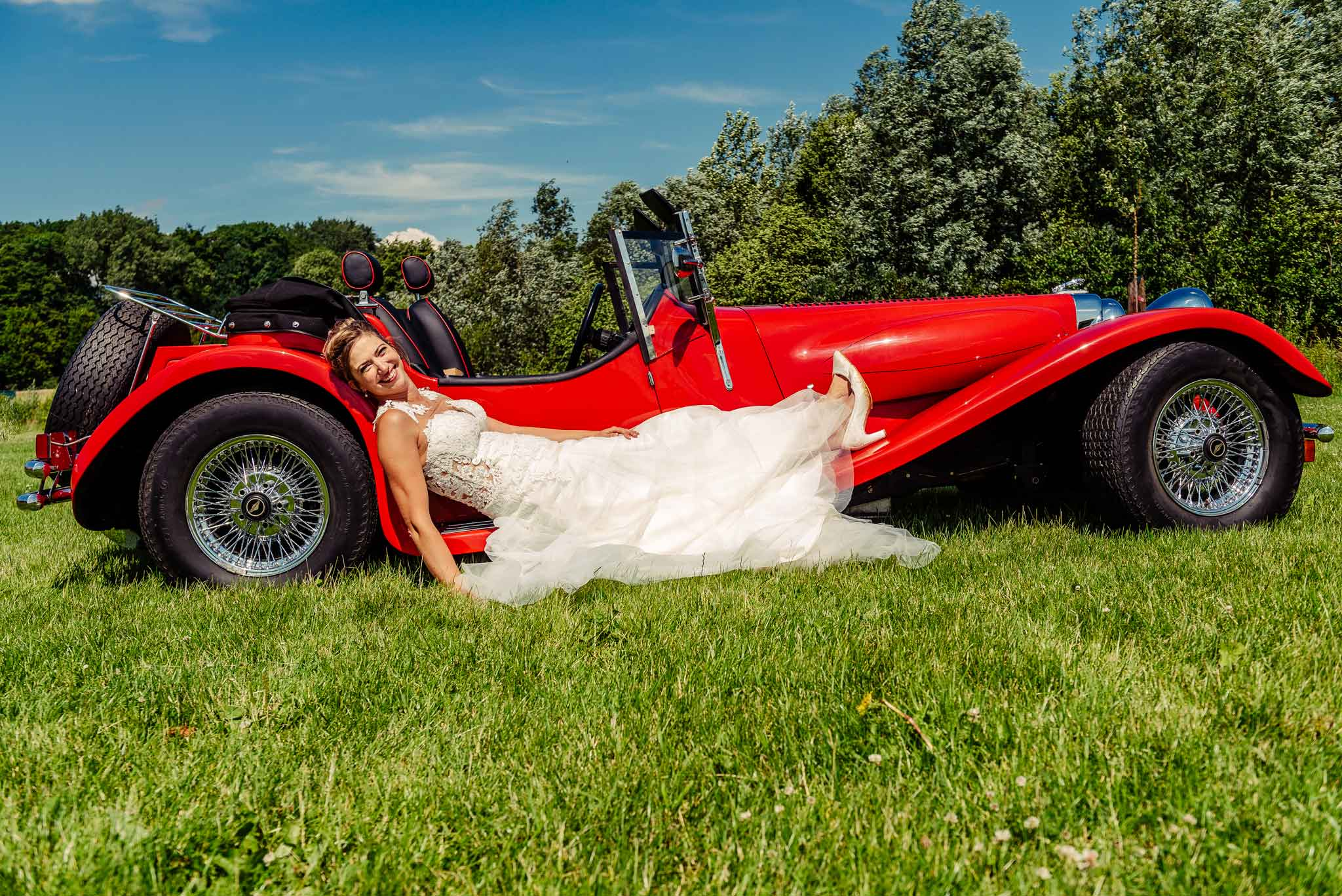 Bruid in rode sportauto bij Biesenhof Geleen