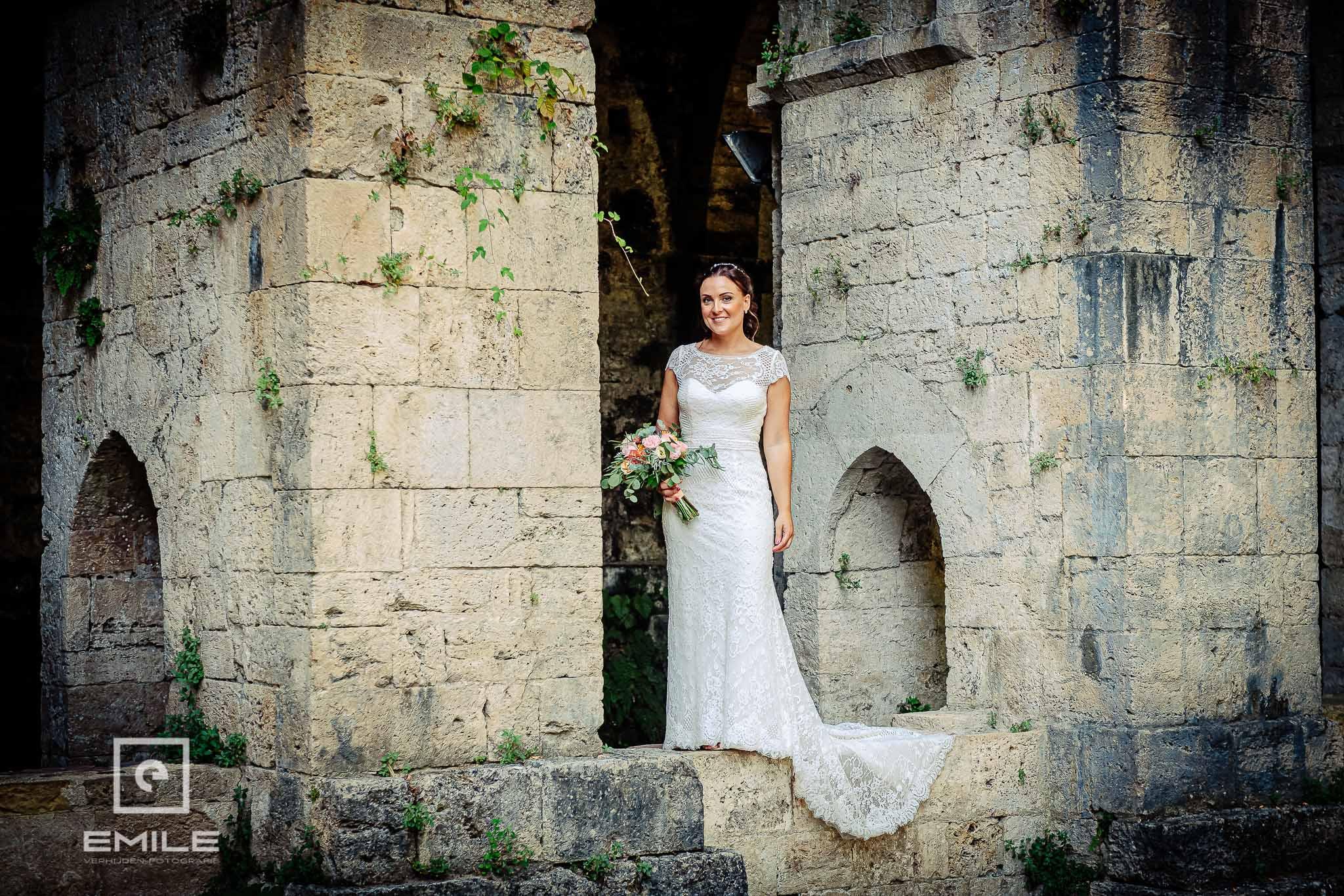 Bruid staand in nis bij ruine in San Ginignamo Italie destination wedding