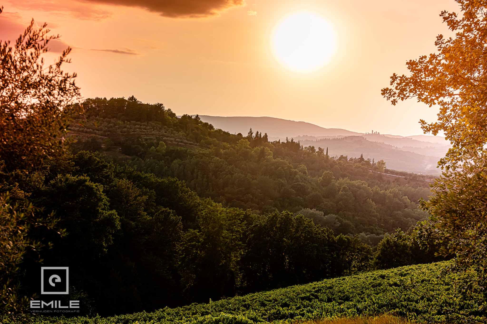 Landschaps foto in de avond - Destination wedding San Gimignano - Toscane Italie - Iris en Job