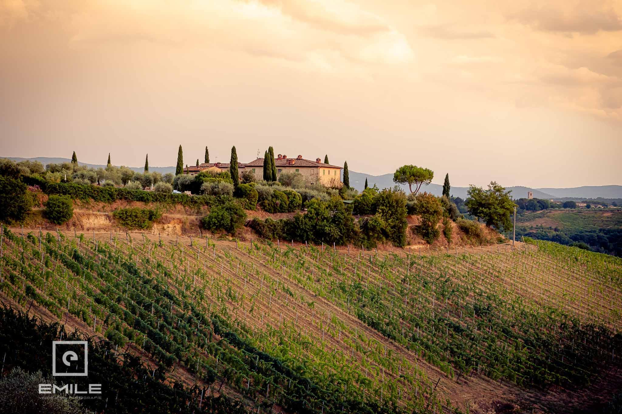 Huis in landschap in de avond - Destination wedding San Gimignano - Toscane Italie - Iris en Job
