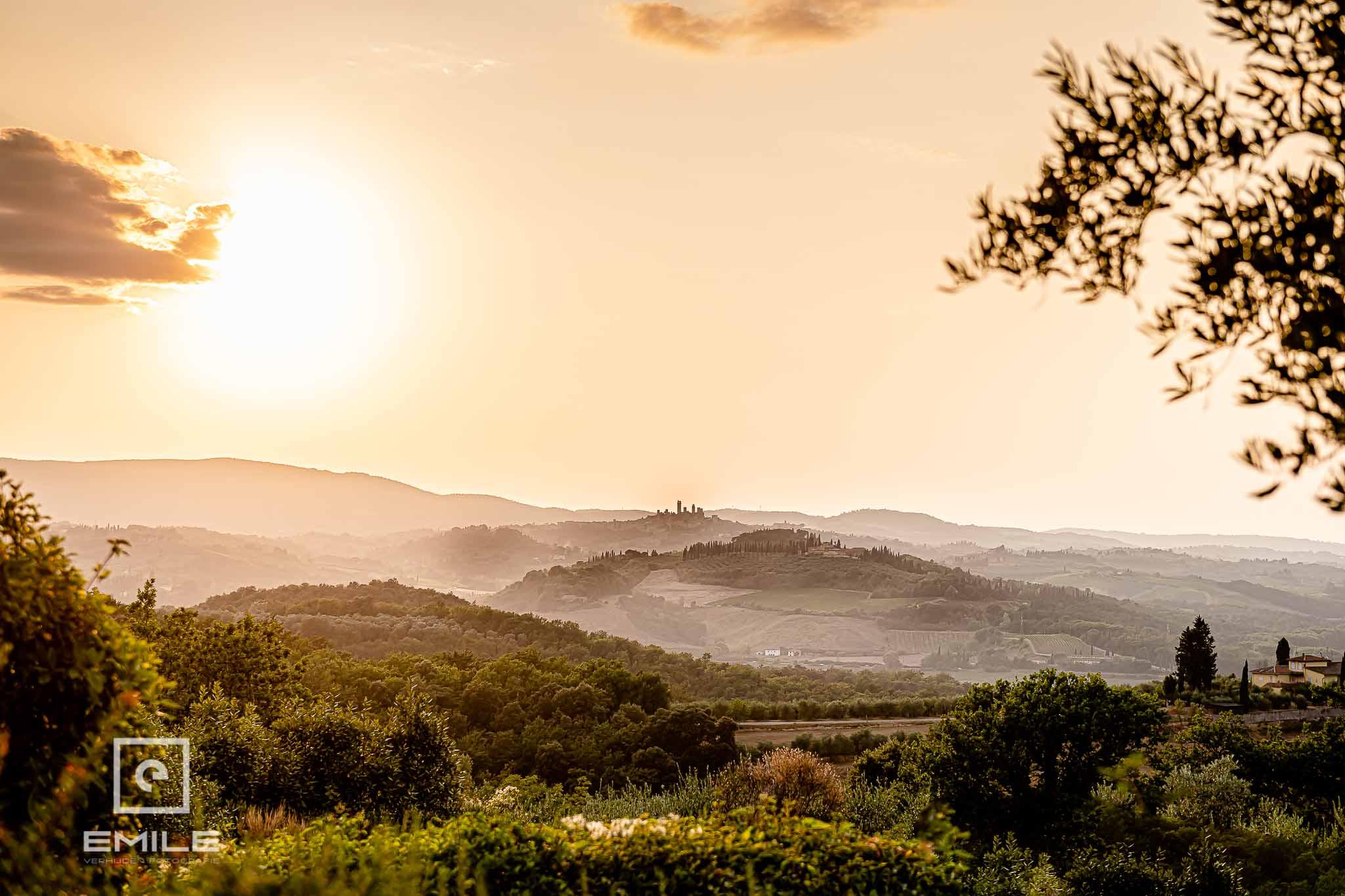 Uitzicht vanaf locatie naar de prachtige berg van San Gimignano - Destination wedding San Gimignano - Toscane Italie - Iris en Job