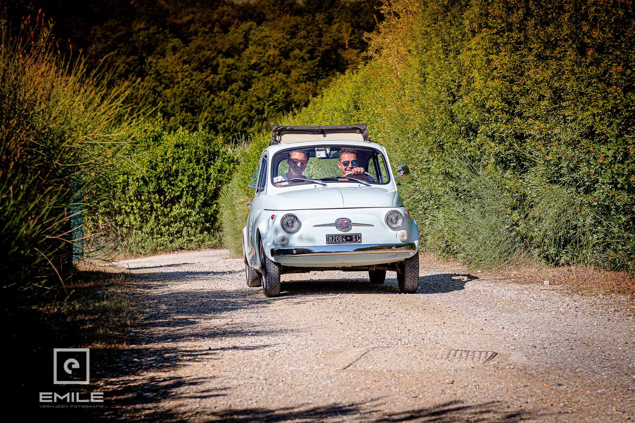 De FIAT 500 (Cinquecento) wordt opgehaald door de bruidegom - Destination wedding San Gimignano - Toscane Italie - Iris en Job