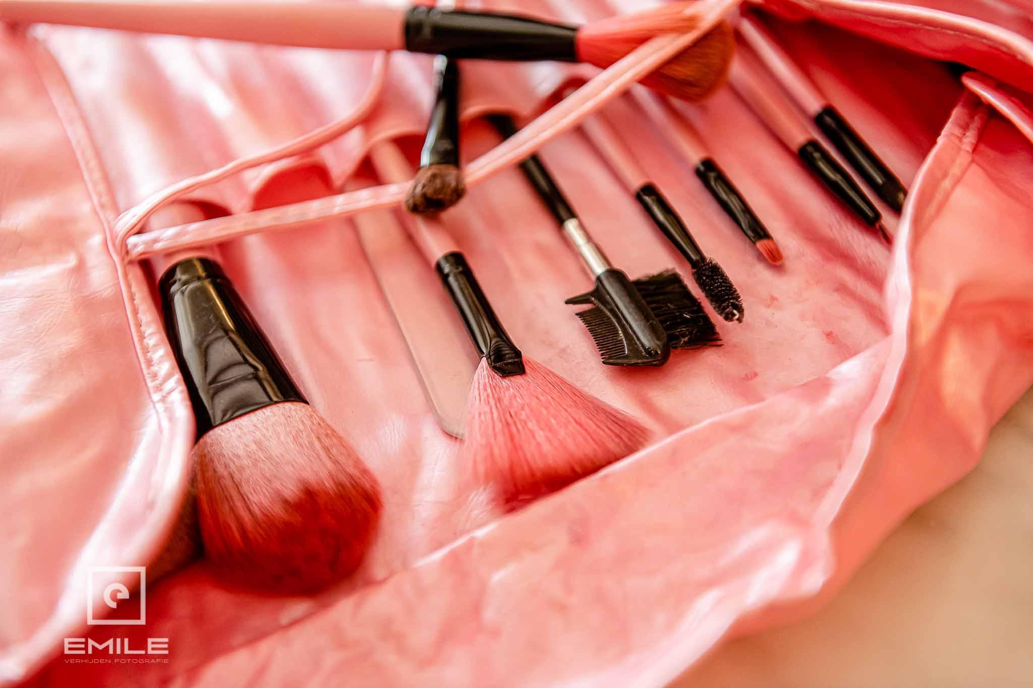 Closeup van make-up borsteltjes - Destination wedding San Gimignano - Toscane Italie - Iris en Job