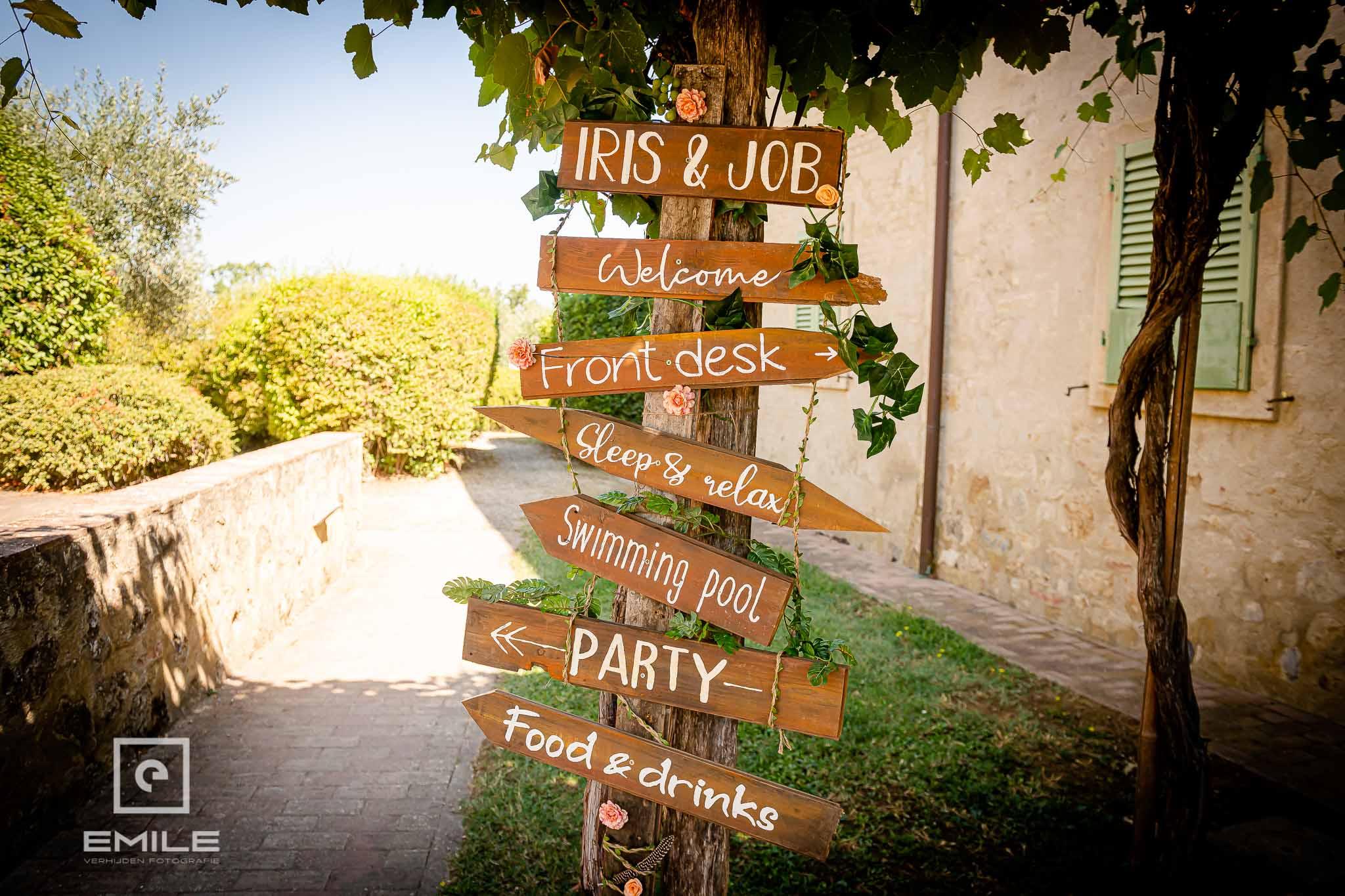 Bordjes met bewijzering - Destination wedding San Gimignano - Toscane Italie - Iris en Job