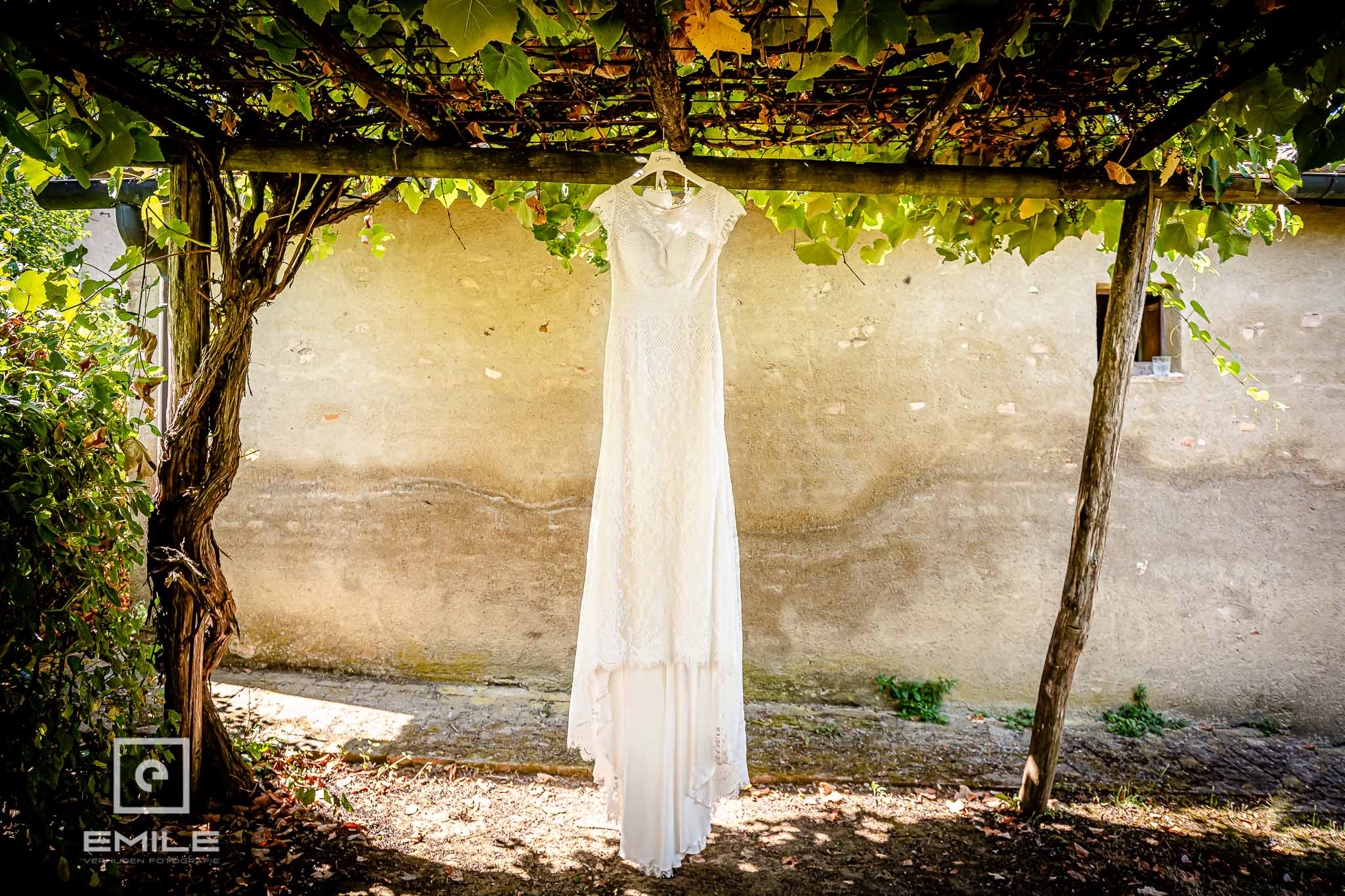 De bruidsjurk mag worden gefotografeerd - Destination wedding San Gimignano - Toscane Italie - Iris en Job