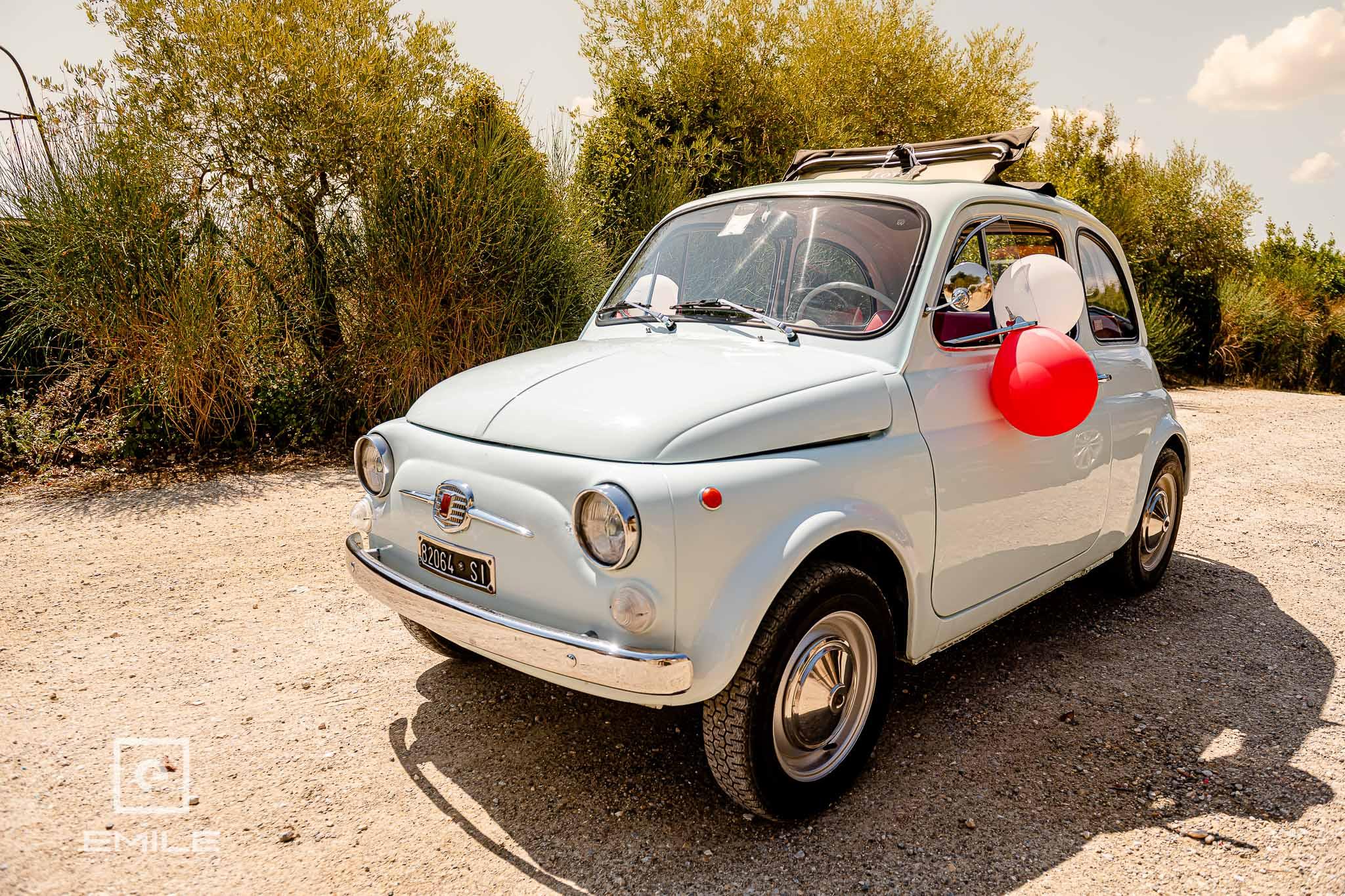 De FIAT 500 staat klaar voor te gaan - Destination wedding San Gimignano - Toscane Italie - Iris en Job