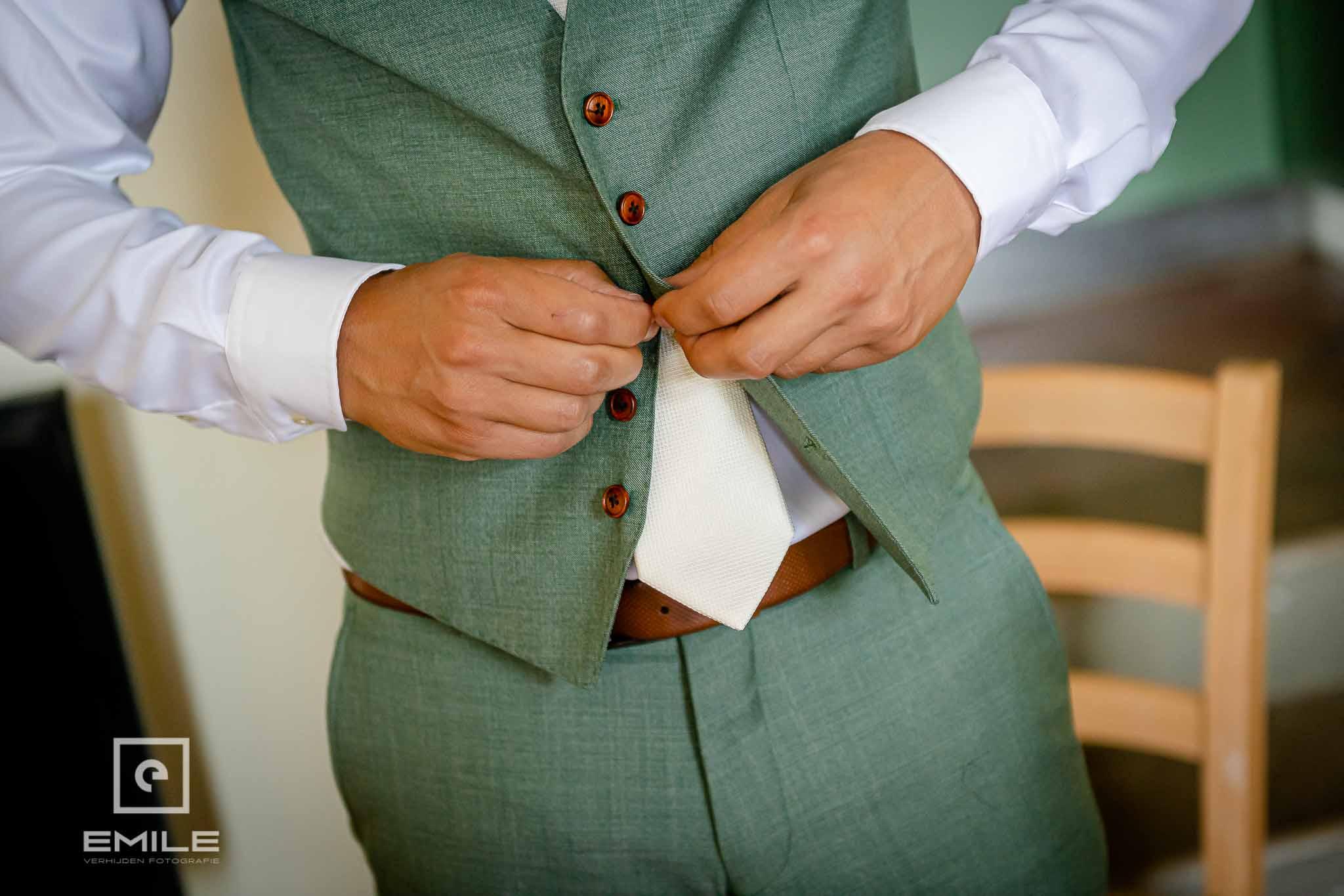 Het hesje van het gilletje wordt dicht geknoopt - Destination wedding San Gimignano - Toscane Italie - Iris en Job