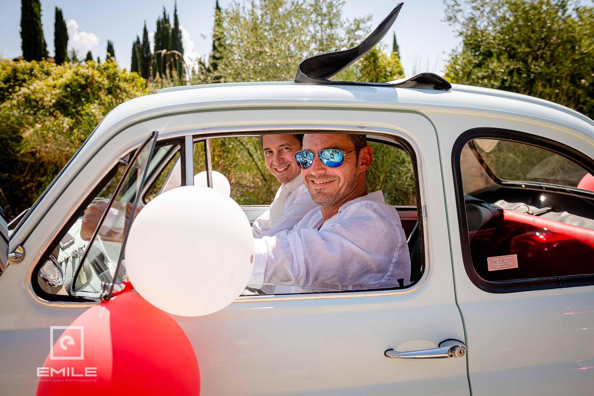 De chauffeur zit ook al in de FIAT 500 - Destination wedding San Gimignano - Toscane Italie - Iris en Job
