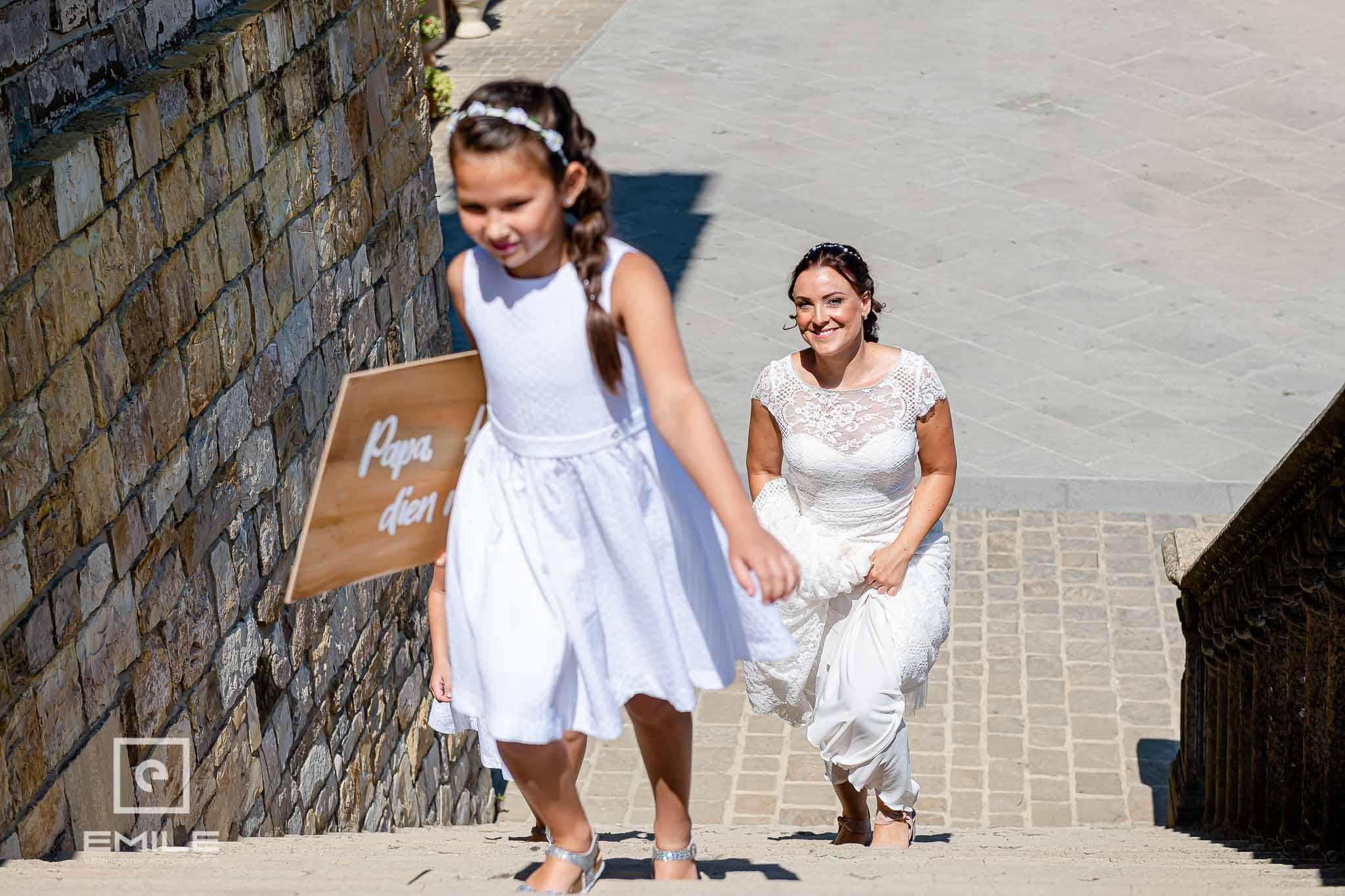De bruid loopt de trappen op van de kerk - Destination wedding San Gimignano - Toscane Italie - Iris en Job