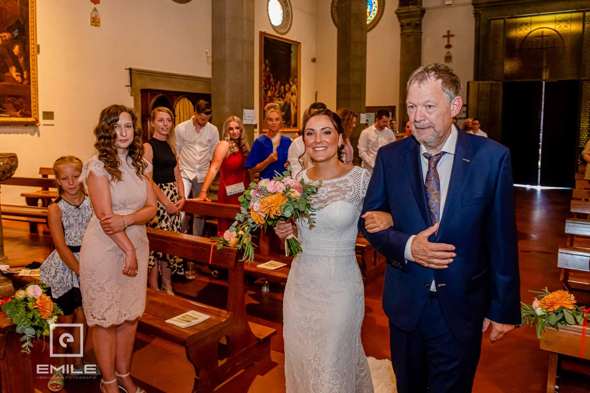 Bruid wordt door de vader naar het altaar gebracht - Destination wedding San Gimignano - Toscane Italie - Iris en Job