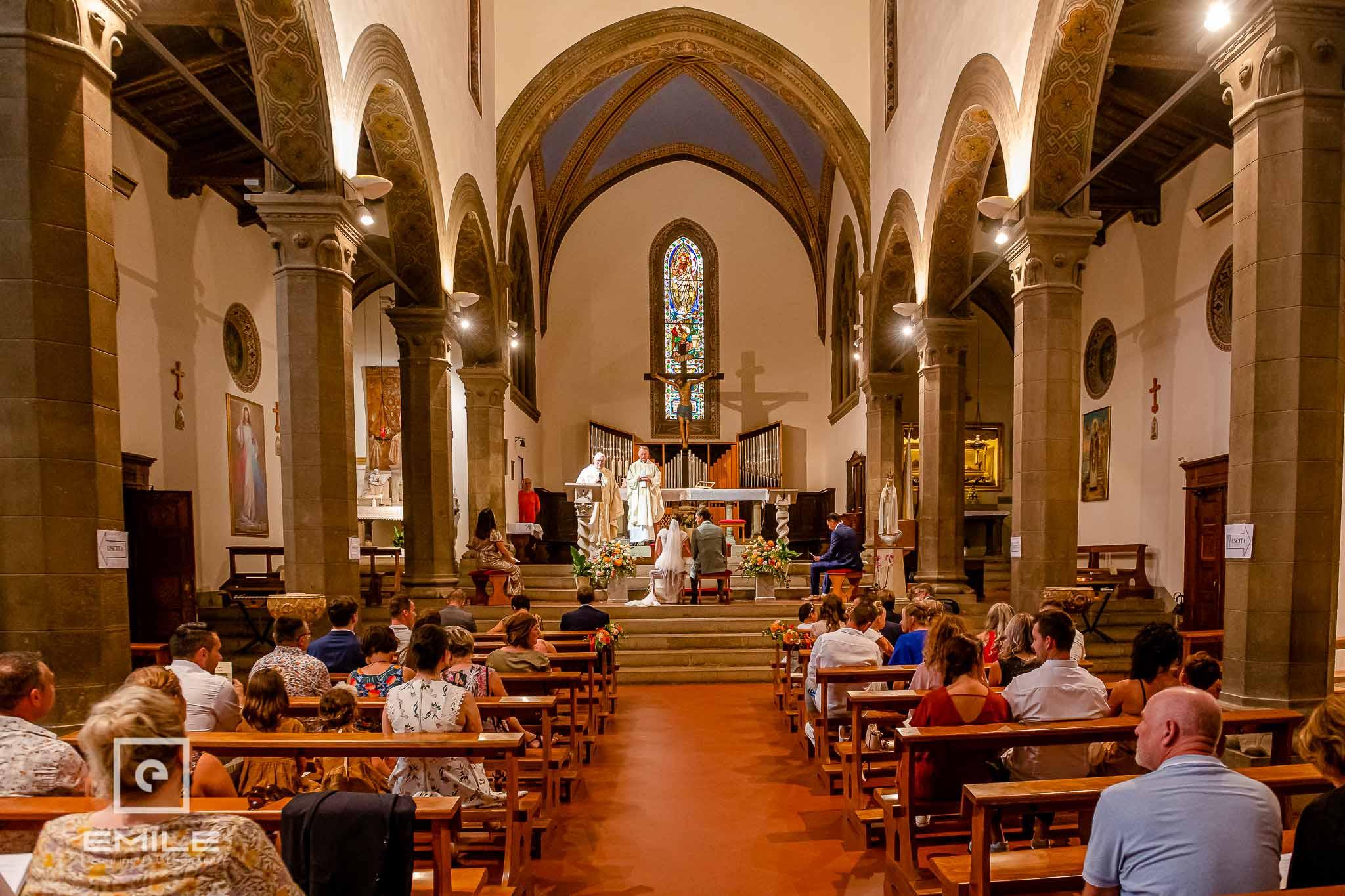 Overzichts foto van de kerk in zijn geheel - Destination wedding San Gimignano - Toscane Italie - Iris en Job