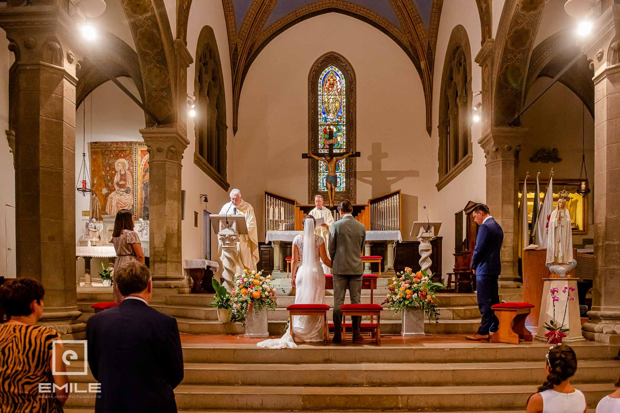 Bruidspaar staand bij het altaar - Destination wedding San Gimignano - Toscane Italie - Iris en Job