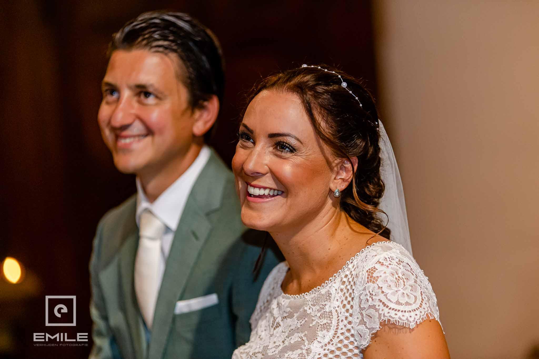 Lachende bruid in de kerk - Destination wedding San Gimignano - Toscane Italie - Iris en Job