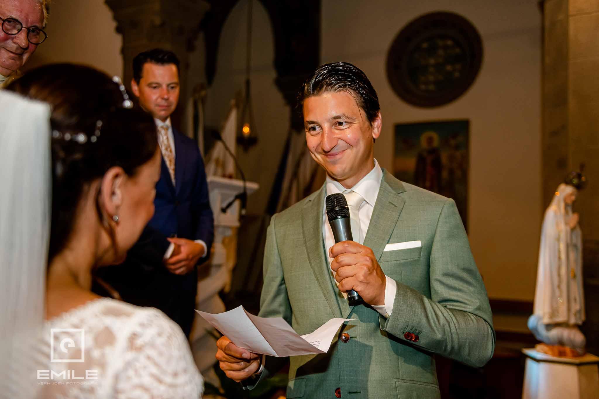 Stralende bruidegom die de geloftes aflegd - Destination wedding San Gimignano - Toscane Italie - Iris en Job