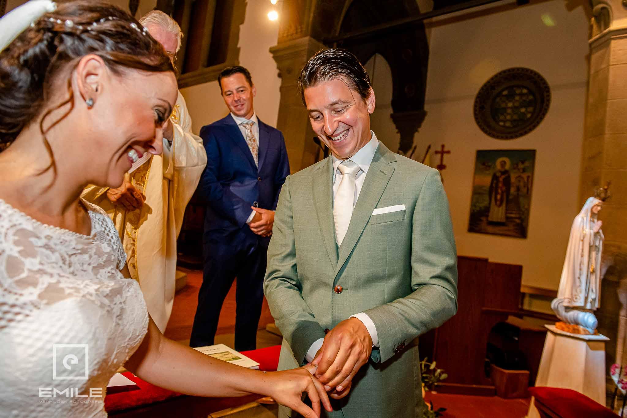 De ring wordt omgeschoven - Destination wedding San Gimignano - Toscane Italie - Iris en Job