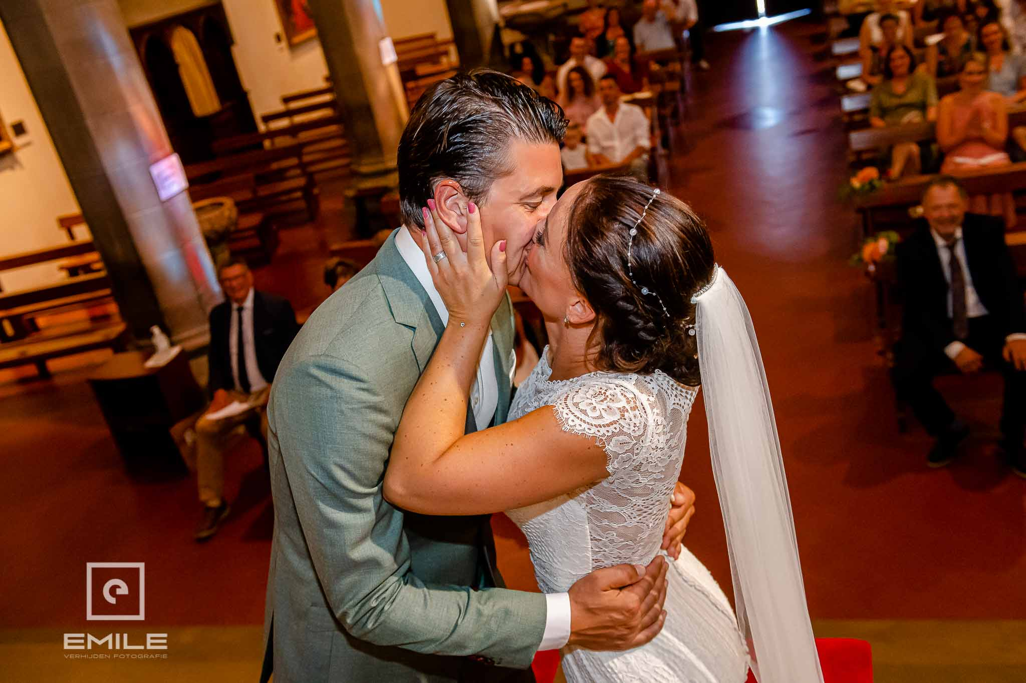 De kus, eindelijk getrouwd! Destination wedding San Gimignano - Toscane Italie - Iris en Job