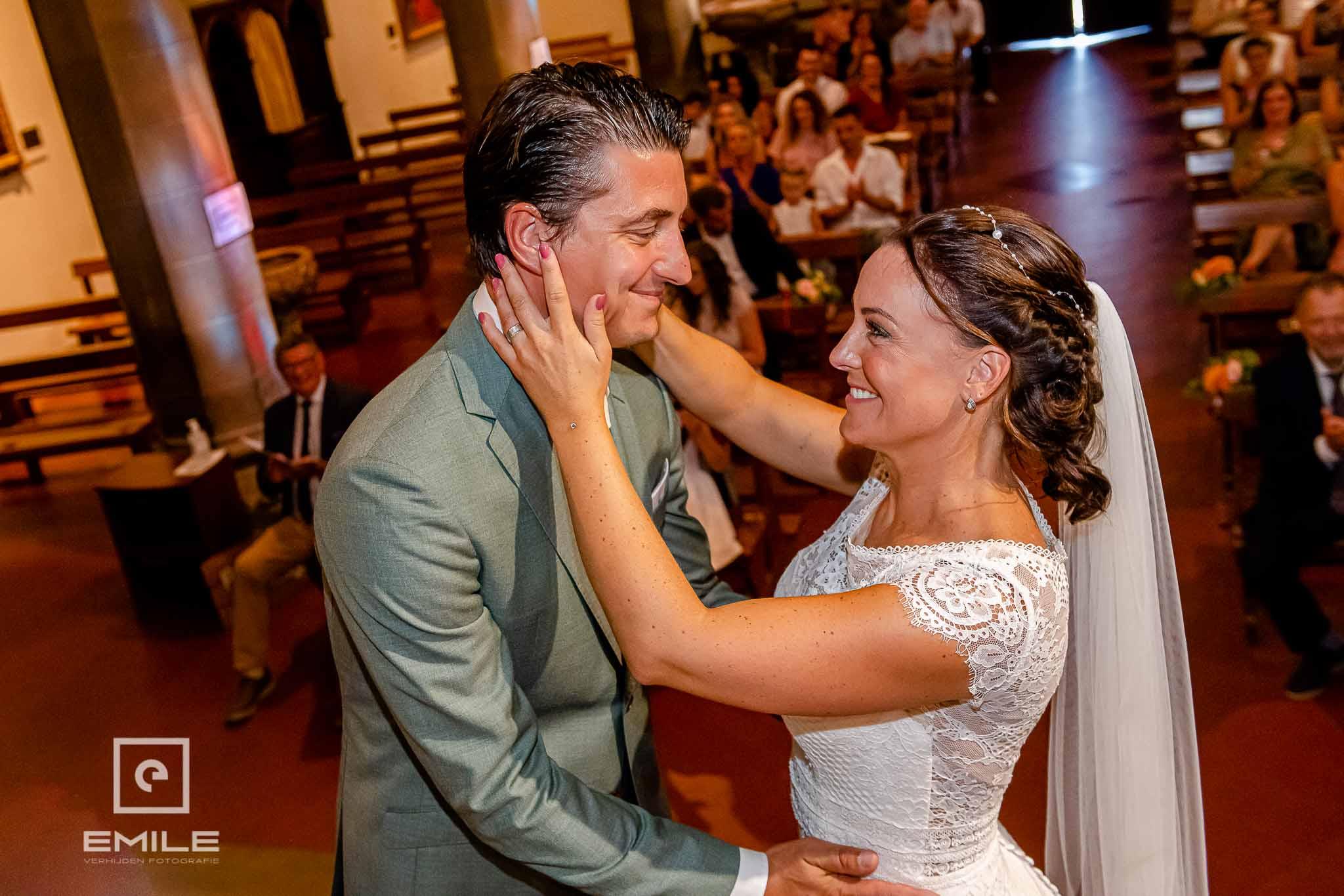Gelukkig bruidspaar in de kerk - Destination wedding San Gimignano - Toscane Italie - Iris en Job
