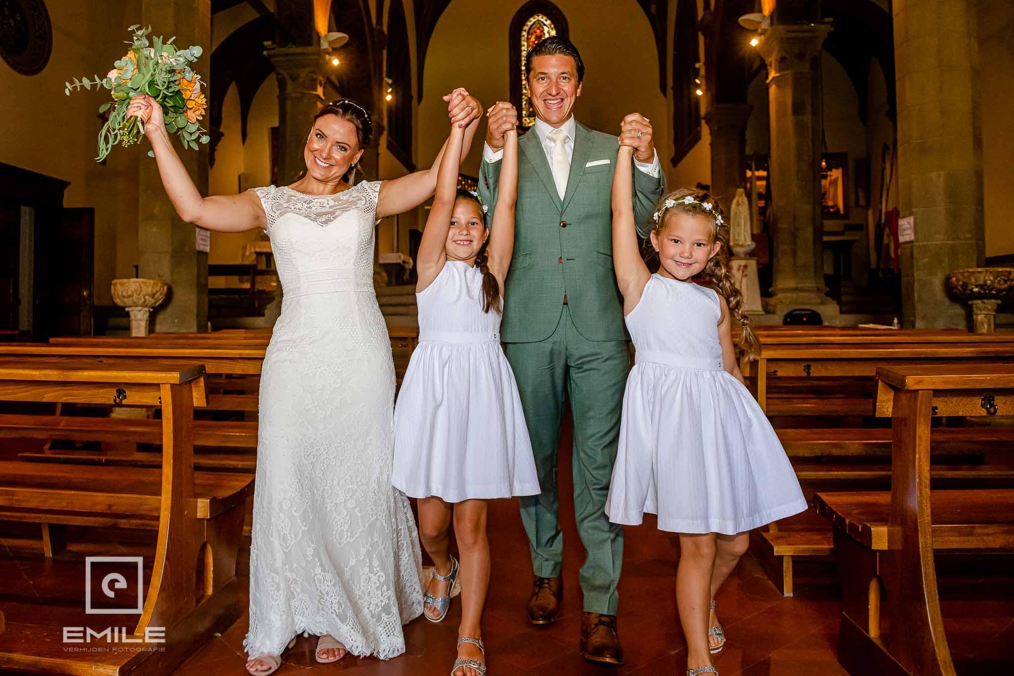Samen met de kinderen de kerk uitlopen HAPPY! - Destination wedding San Gimignano - Toscane Italie - Iris en Job