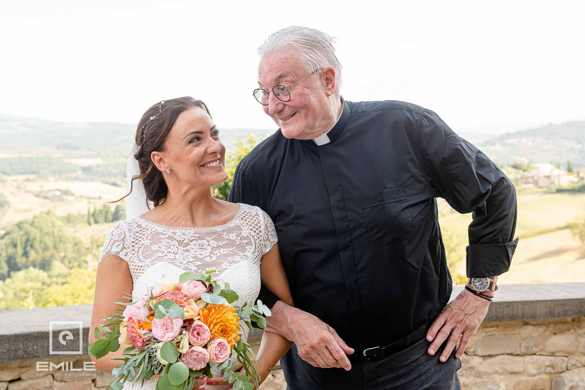 Samen met de pastoor op de foto - Destination wedding San Gimignano - Toscane Italie - Iris en Job