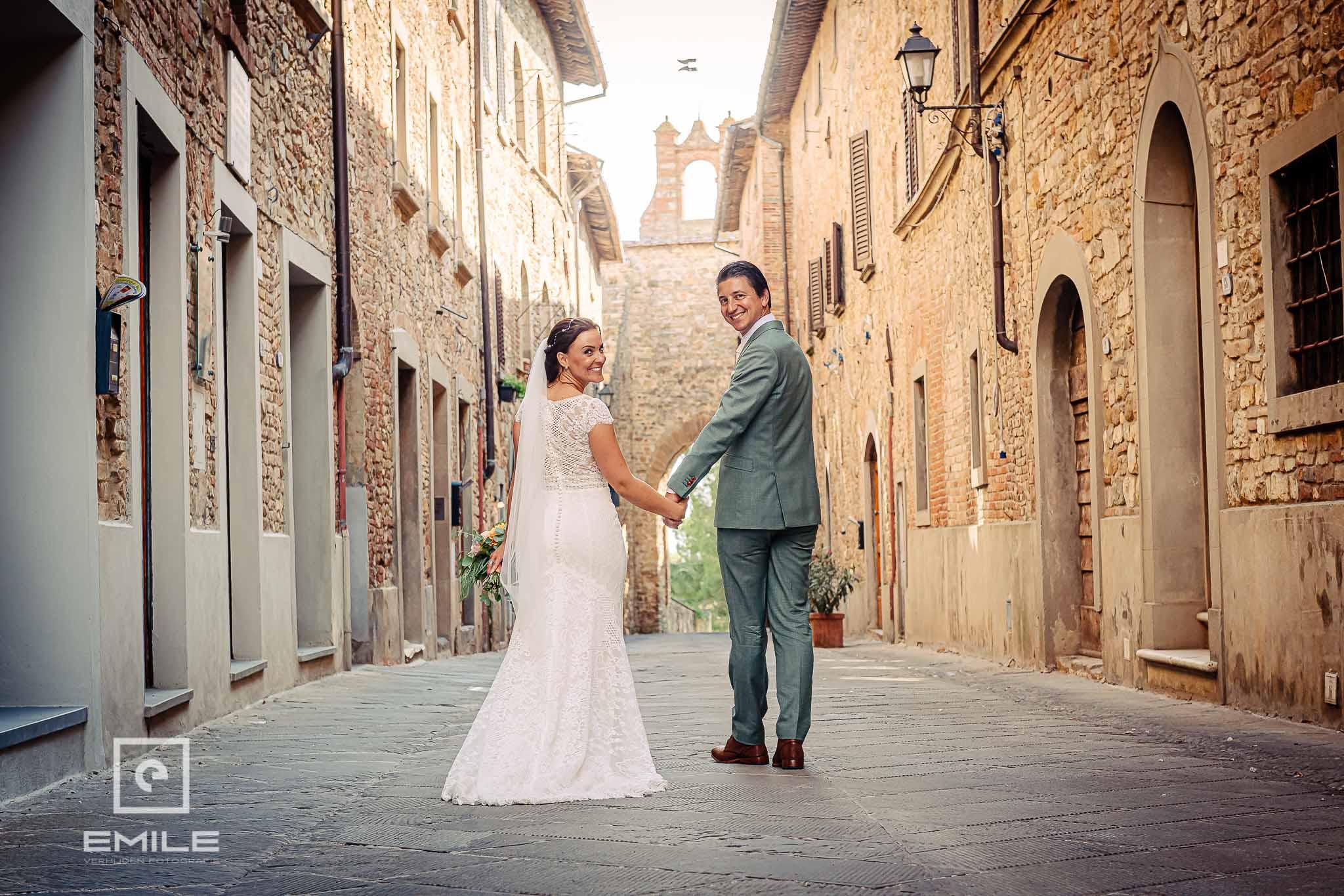 Bruidspaar in een steeg - Destination wedding San Gimignano - Toscane Italie - Iris en Job