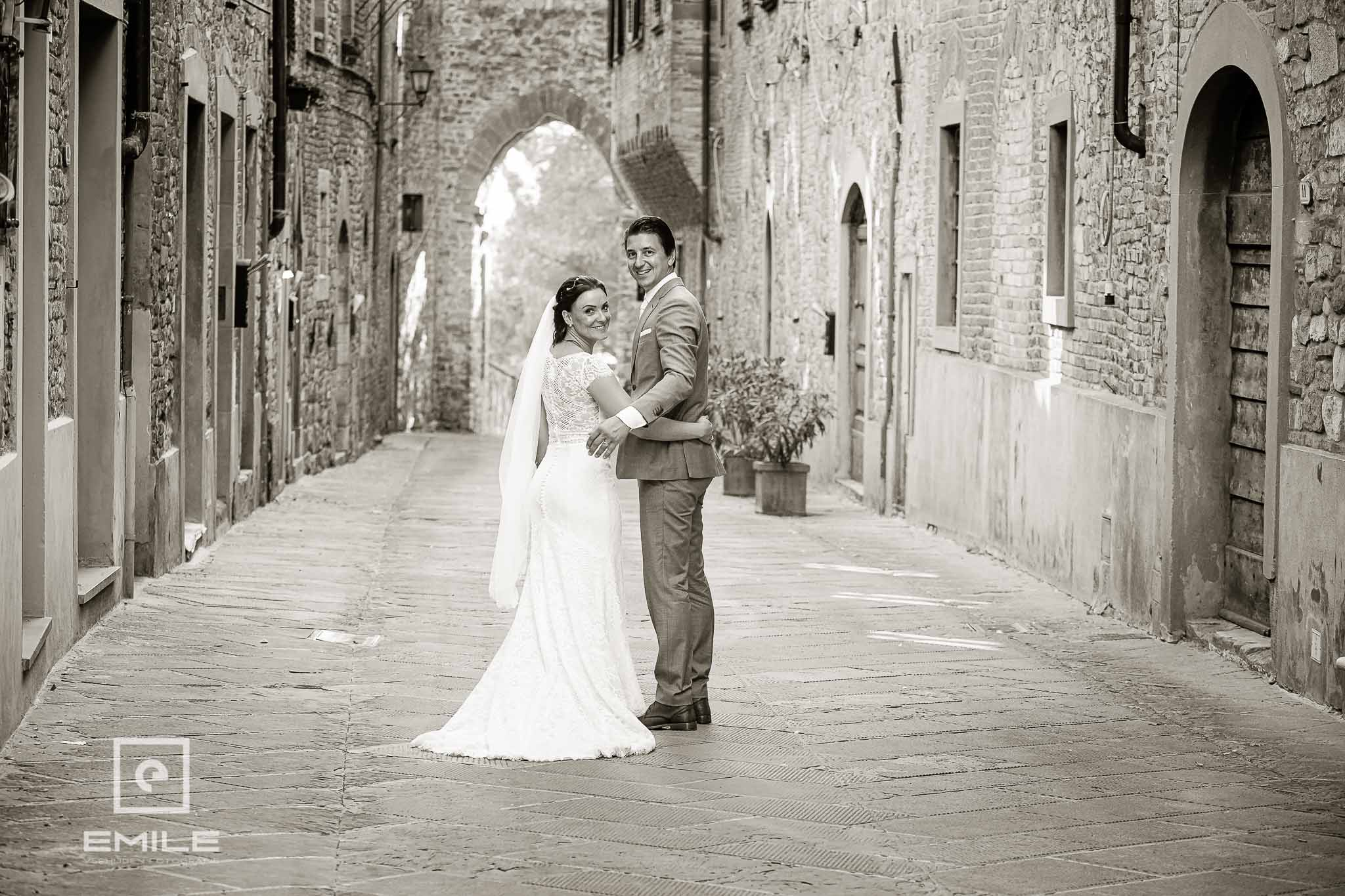 Samen in een steegje - Destination wedding San Gimignano - Toscane Italie - Iris en Job