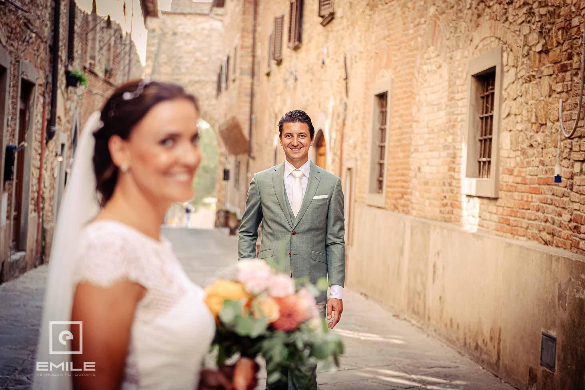 Scherpte diepte foto met bruidegom in beeld - Destination wedding San Gimignano - Toscane Italie - Iris en Job