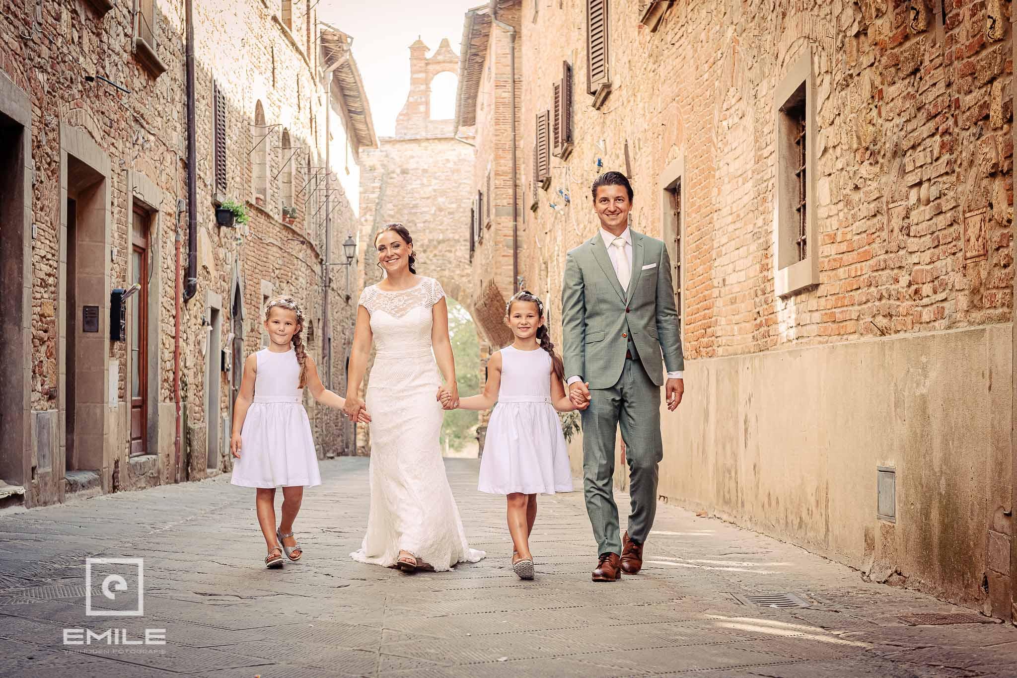 Samen met de kinderen op de foto - Destination wedding San Gimignano - Toscane Italie - Iris en Job