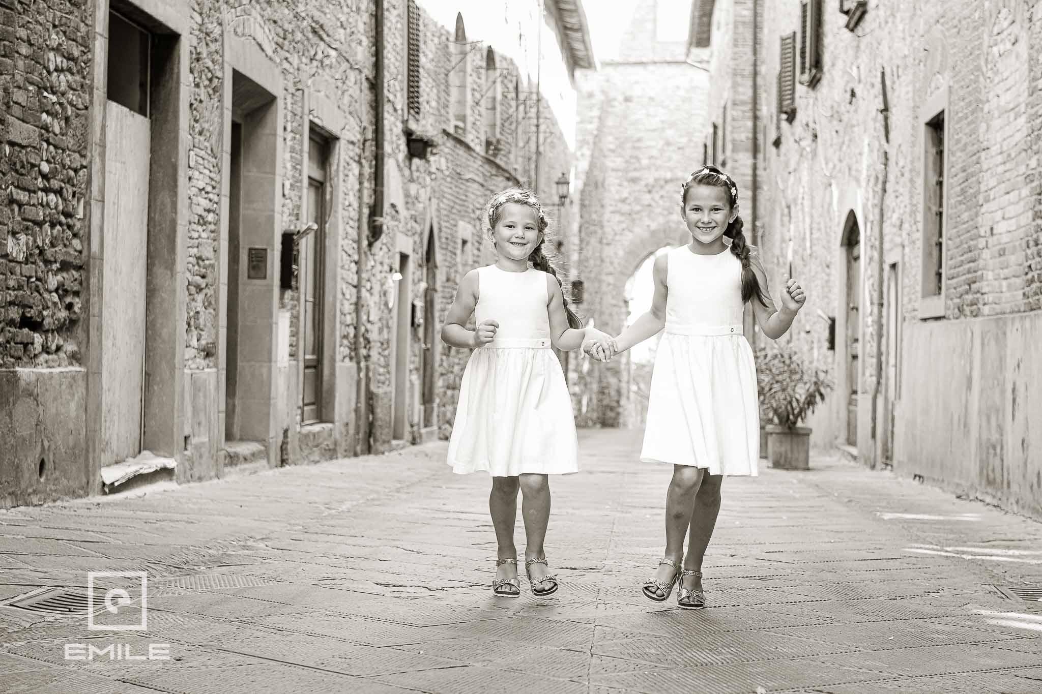 De kinderen springend op de foto - Destination wedding San Gimignano - Toscane Italie - Iris en Job