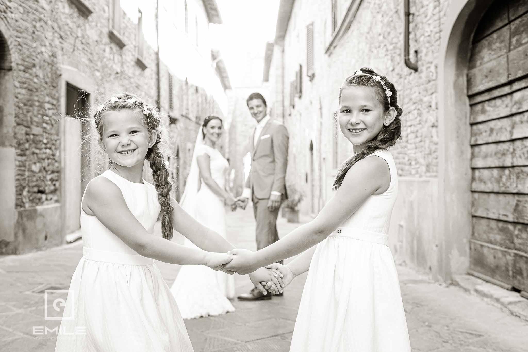 Kinderen op de voorgrond - Destination wedding San Gimignano - Toscane Italie - Iris en Job