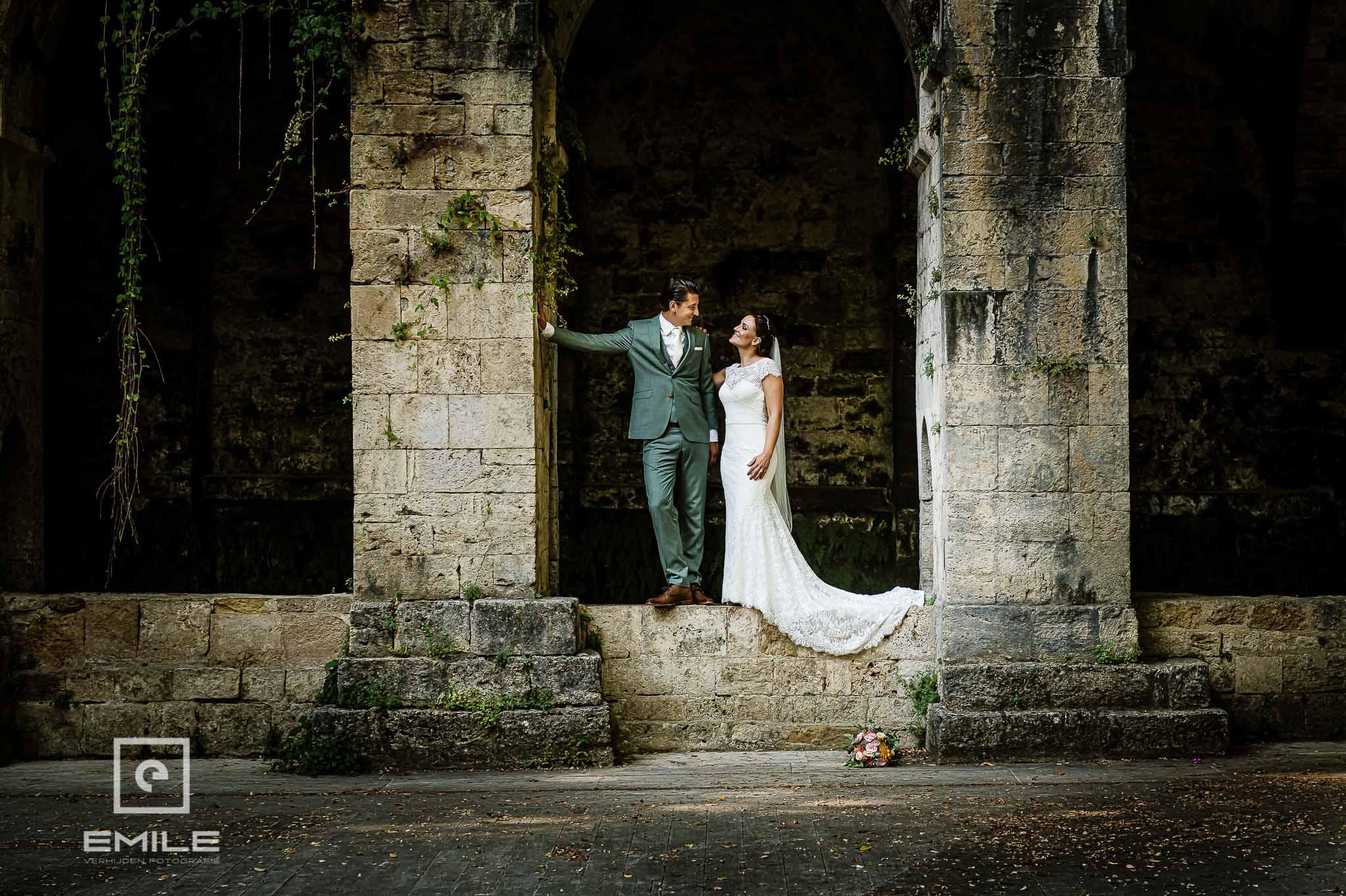 Bruidspaar bij de ruine van Poggibonsi - Destination wedding San Gimignano - Toscane Italie - Iris en Job