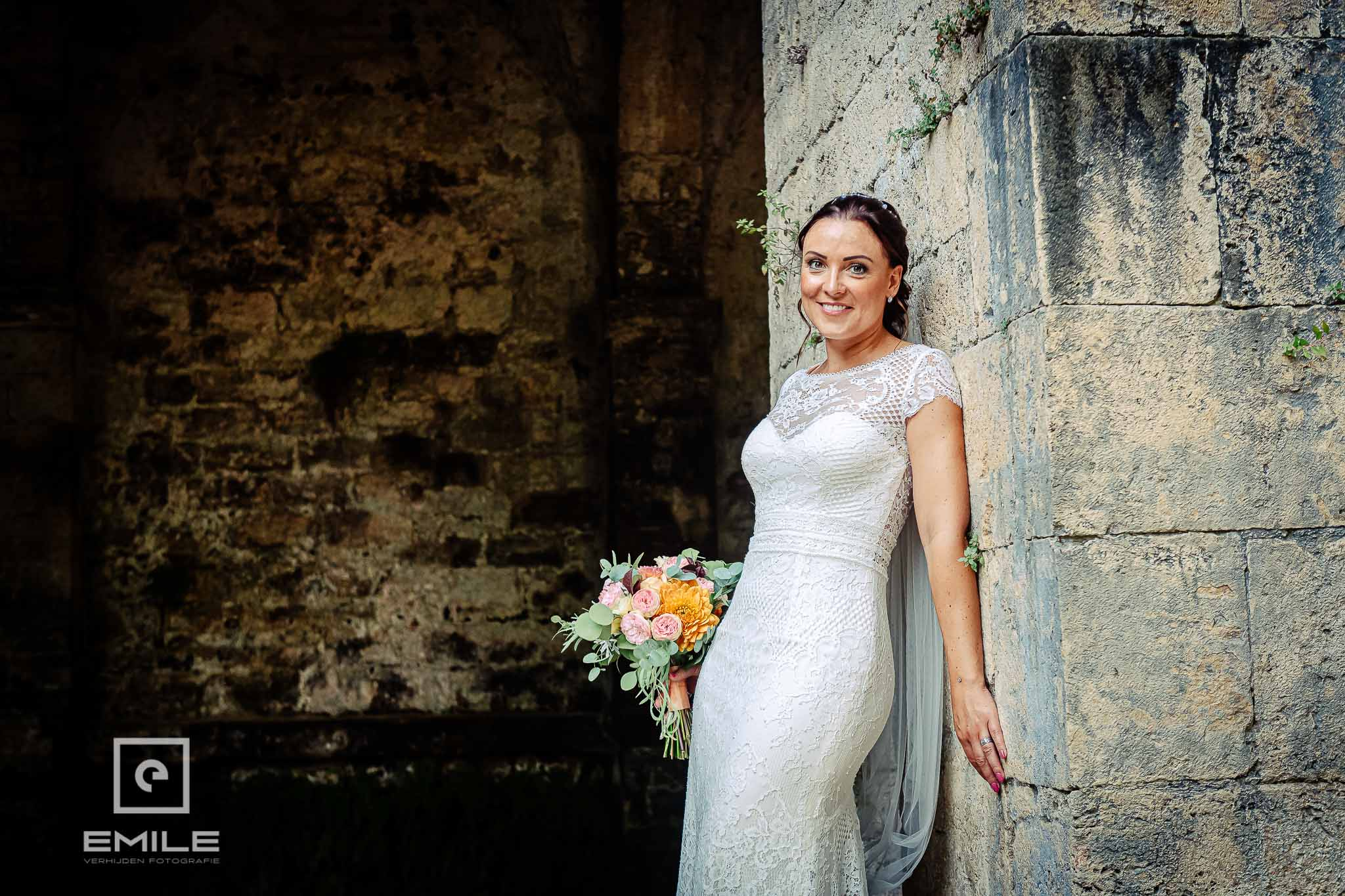 Bruid bij de ruine van Poggibonsi - Destination wedding San Gimignano - Toscane Italie - Iris en Job