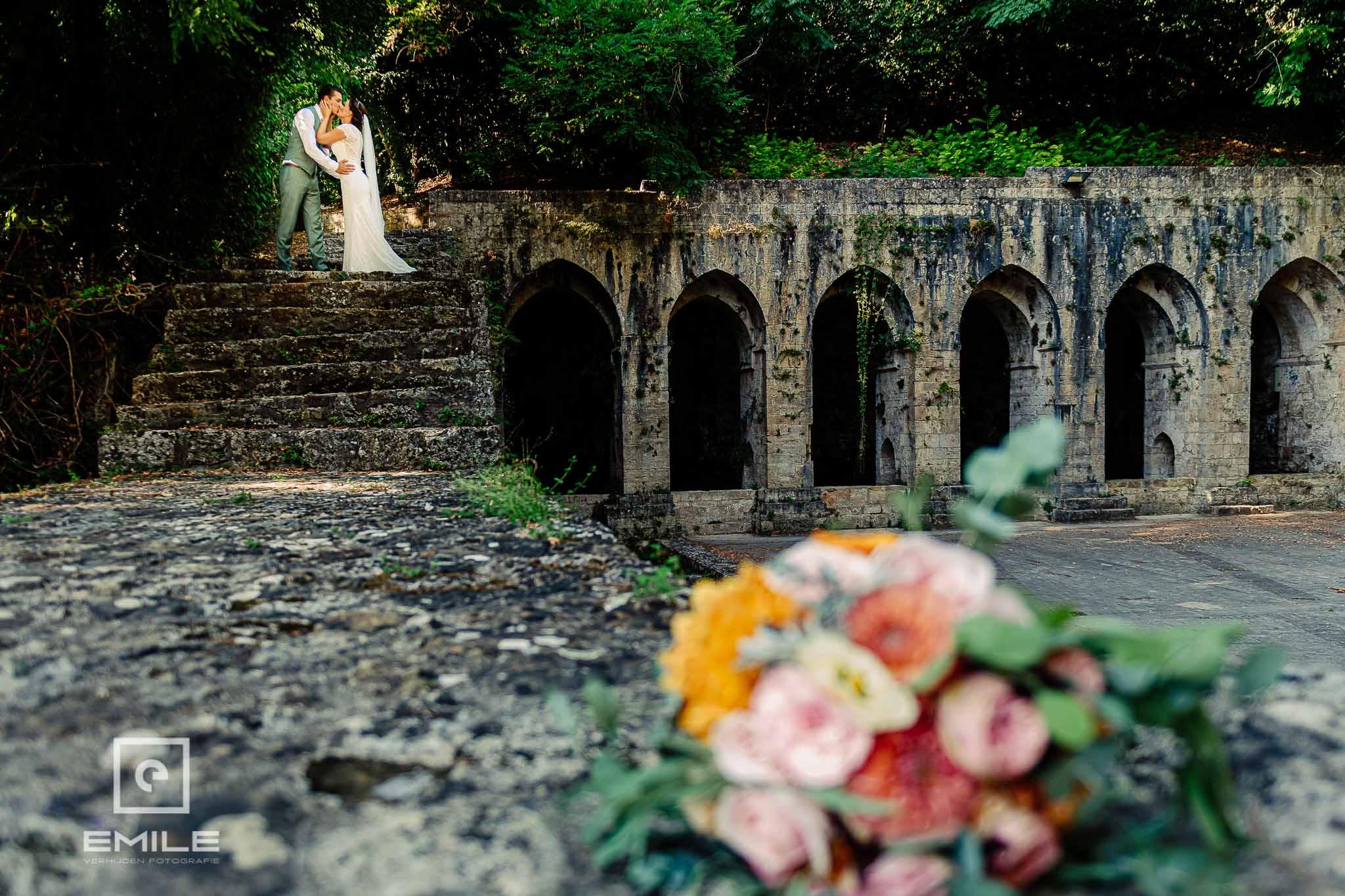 Bruidspaar geeft elkaar een kus bij de ruine van Poggibonsi - Destination wedding San Gimignano - Toscane Italie - Iris en Job