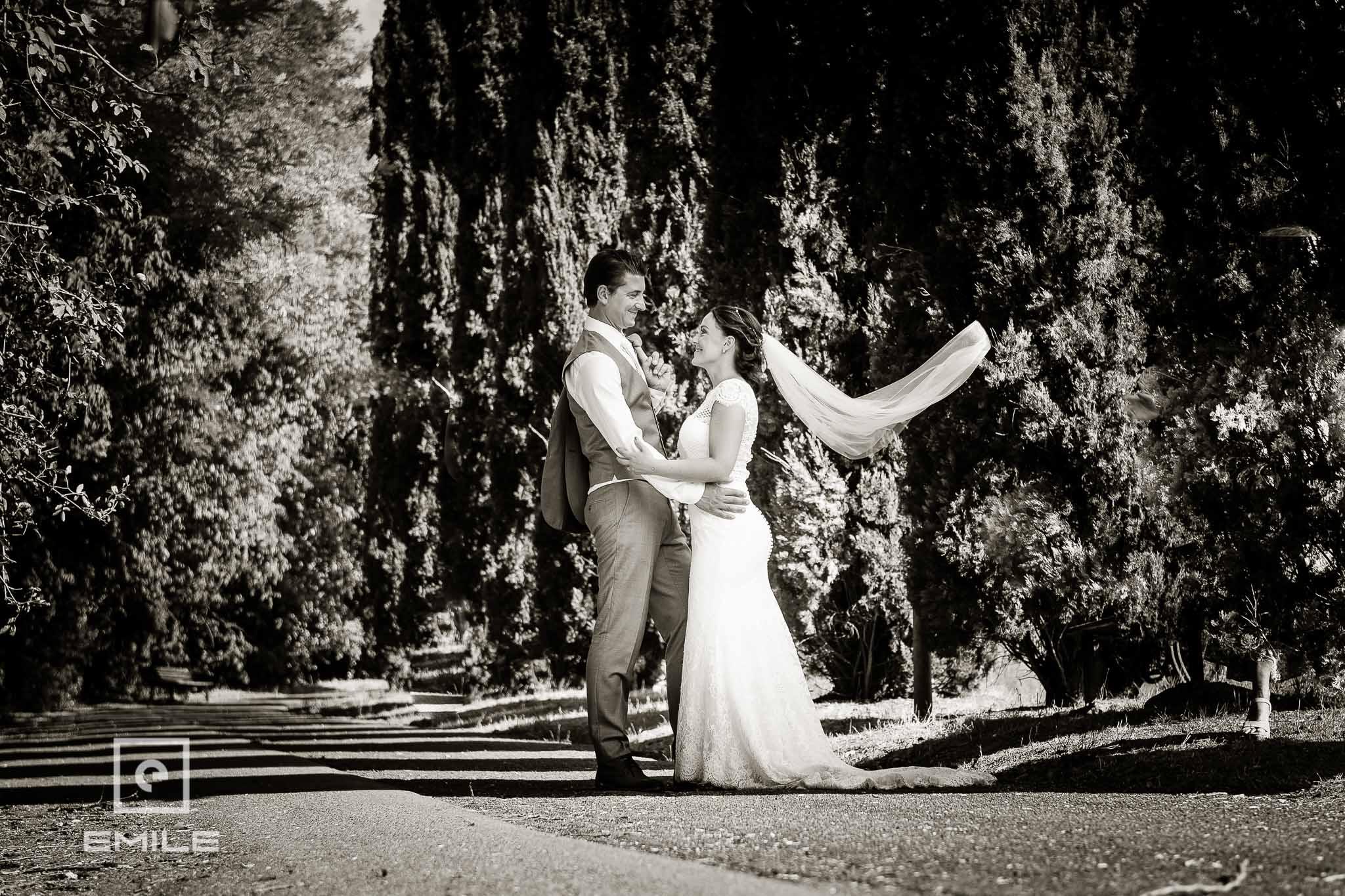 Opwaaiende sluier bij ruine Poggibonsi - Destination wedding San Gimignano - Toscane Italie - Iris en Job