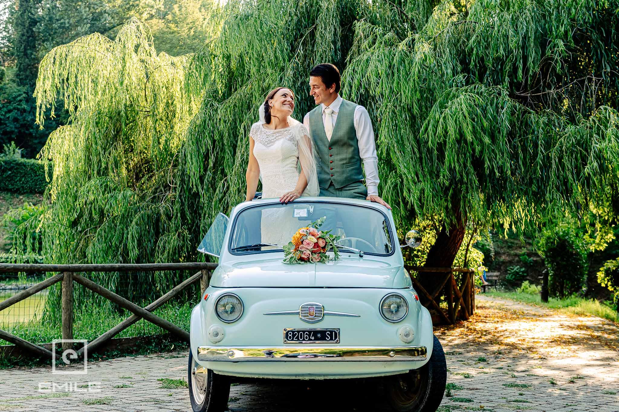 Staand in de FIAT 500 - Destination wedding San Gimignano - Toscane Italie - Iris en Job