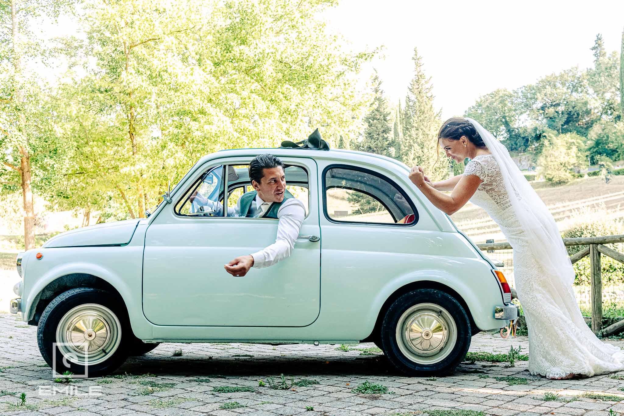 Bruid is boos en gaat FAIT 500 duwen - Destination wedding San Gimignano - Toscane Italie - Iris en Job