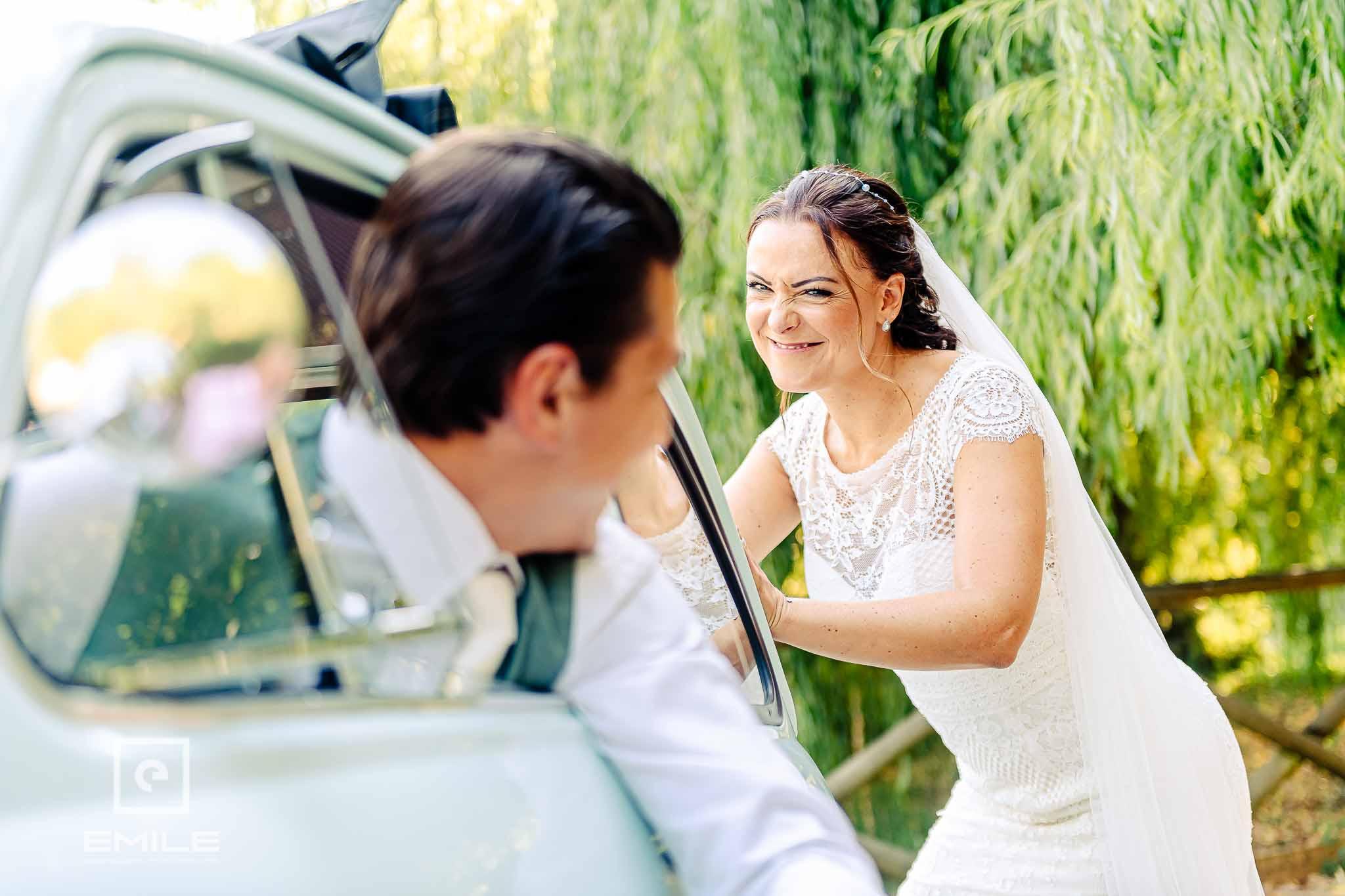 Bruid duwt FIAT 500 - Destination wedding San Gimignano - Toscane Italie - Iris en Job
