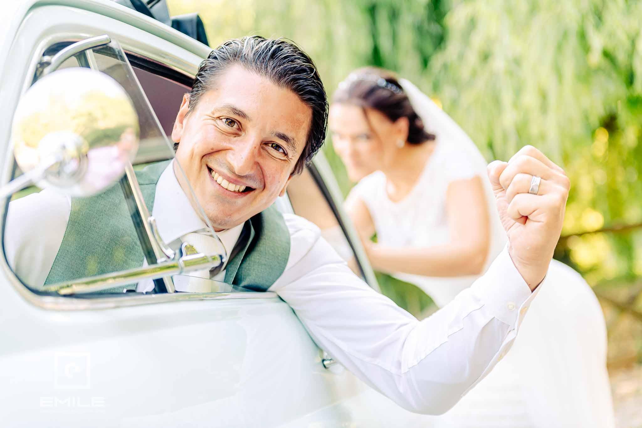 Bruidegom is blij dat bruid FIAT 500 duwt - Destination wedding San Gimignano - Toscane Italie - Iris en Job