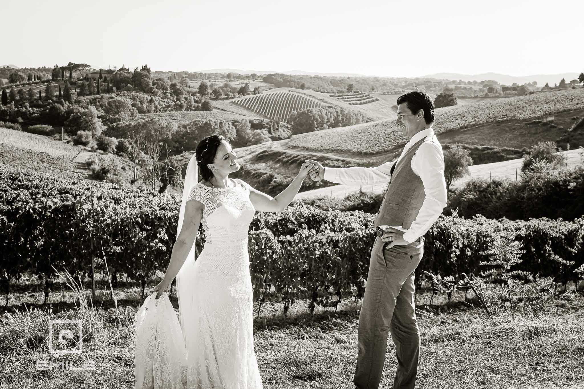 Bij de wijnvelden - Destination wedding San Gimignano - Toscane Italie - Iris en Job