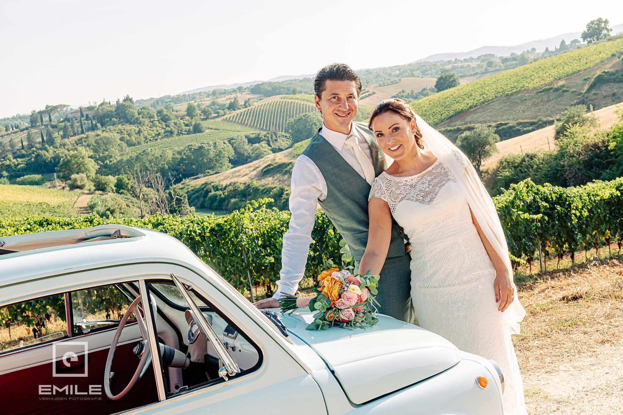 Samen met FIAT 500 bij de wijnvelden - Destination wedding San Gimignano - Toscane Italie - Iris en Job