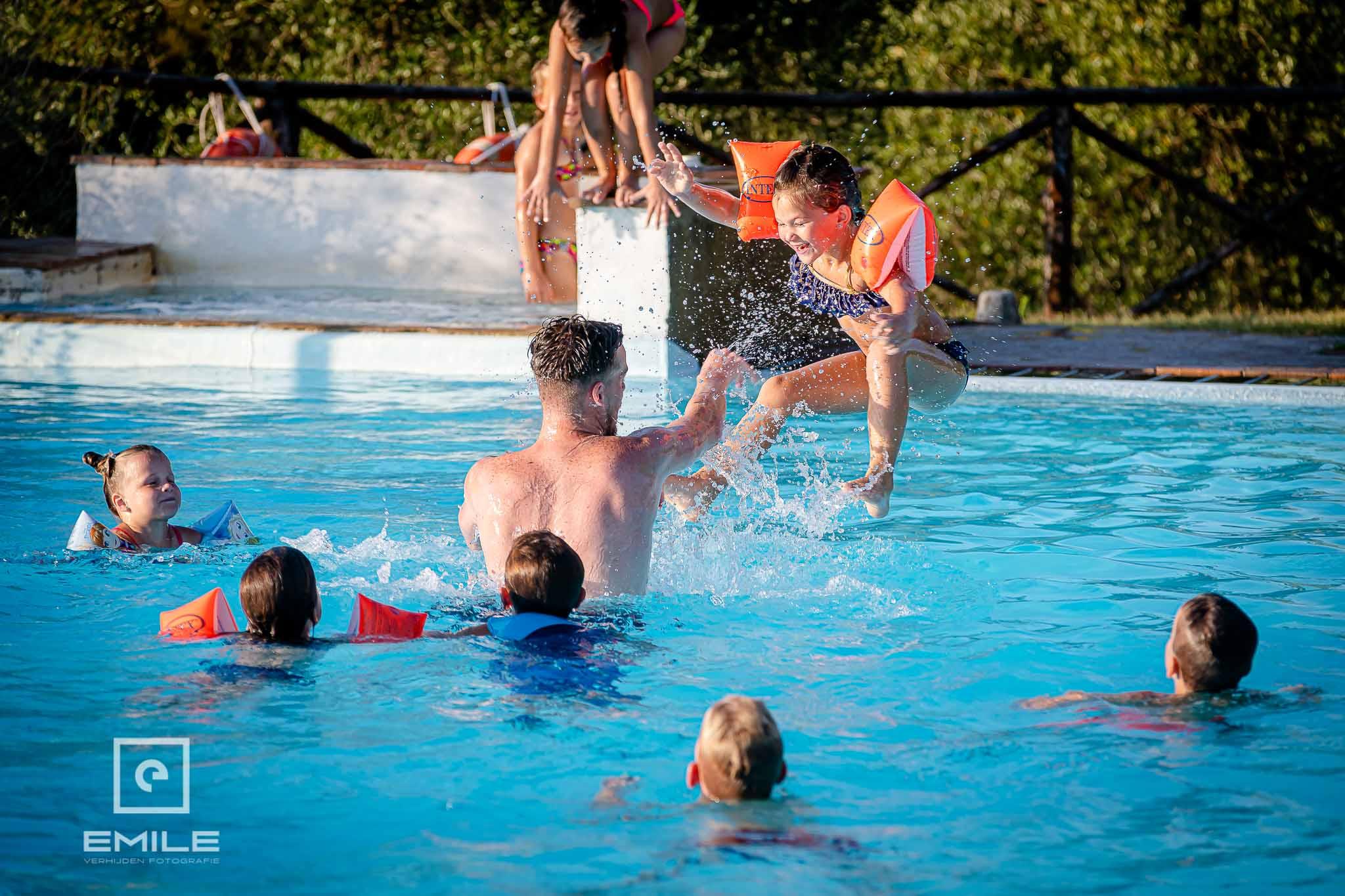 Even afkoelen in het zwembad - Destination wedding San Gimignano - Toscane Italie - Iris en Job