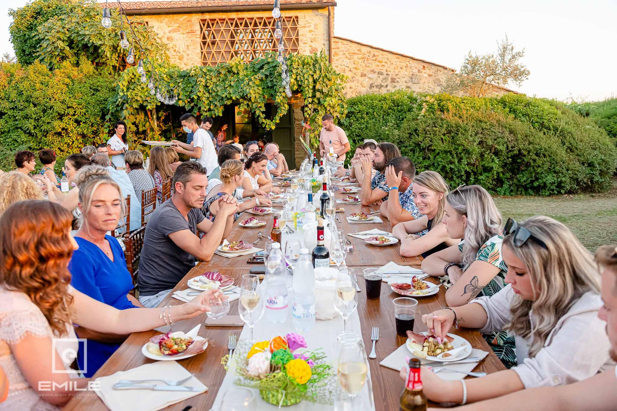 Iedereen aan tafel ! - Destination wedding San Gimignano - Toscane Italie - Iris en Job