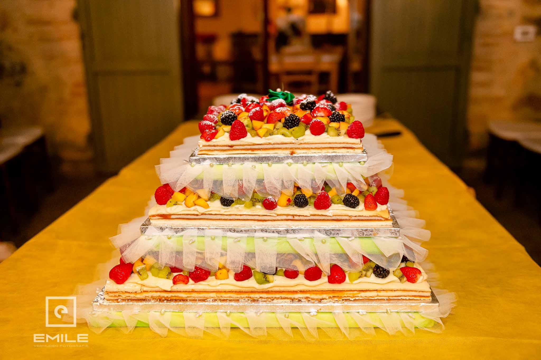 Italiaanse bruidstaart met lekker veel fruit - Destination wedding San Gimignano - Toscane Italie - Iris en Job