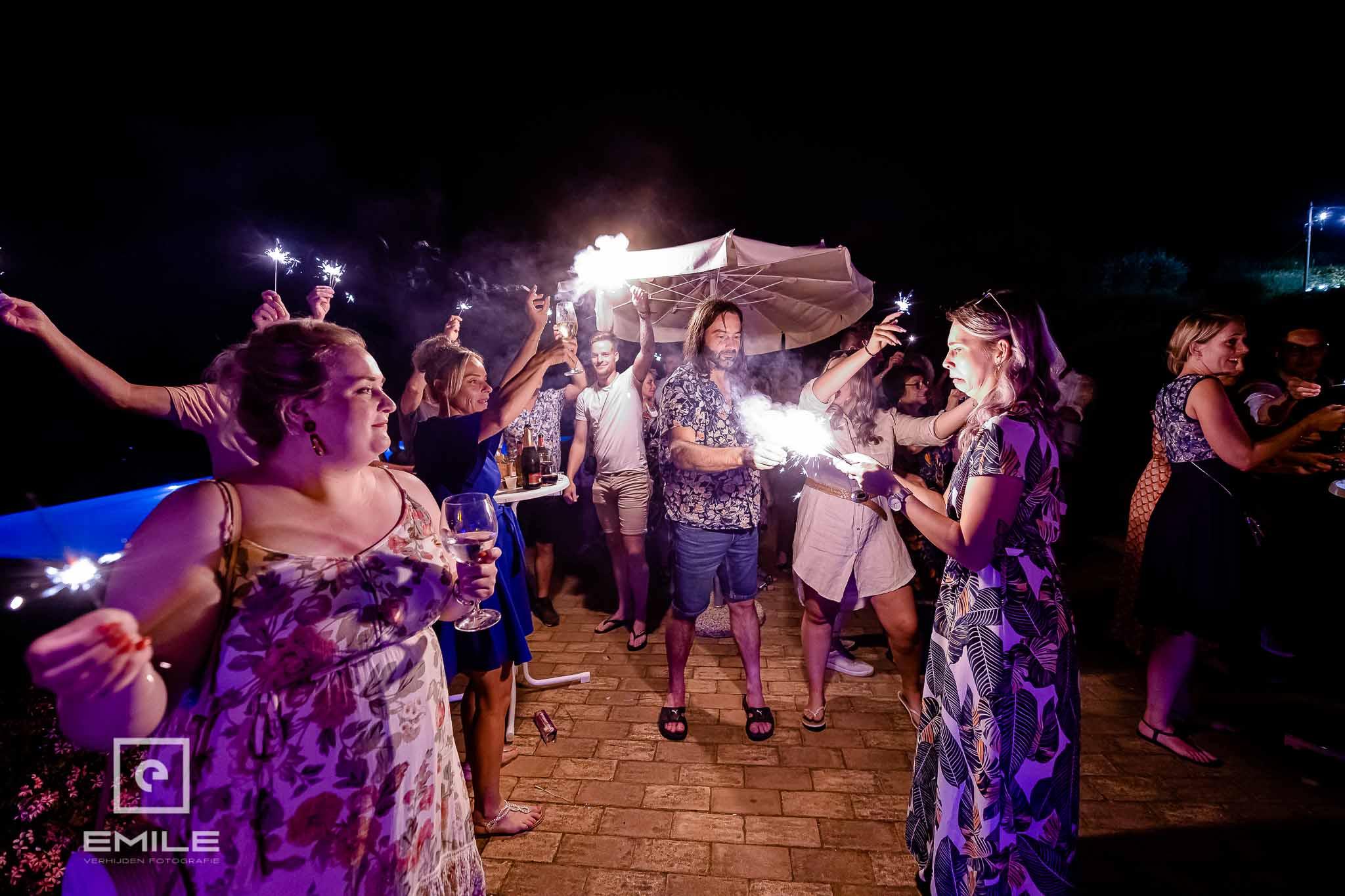 De flikkersterren gaan aan voor de feestavond - Destination wedding San Gimignano - Toscane Italie - Iris en Job