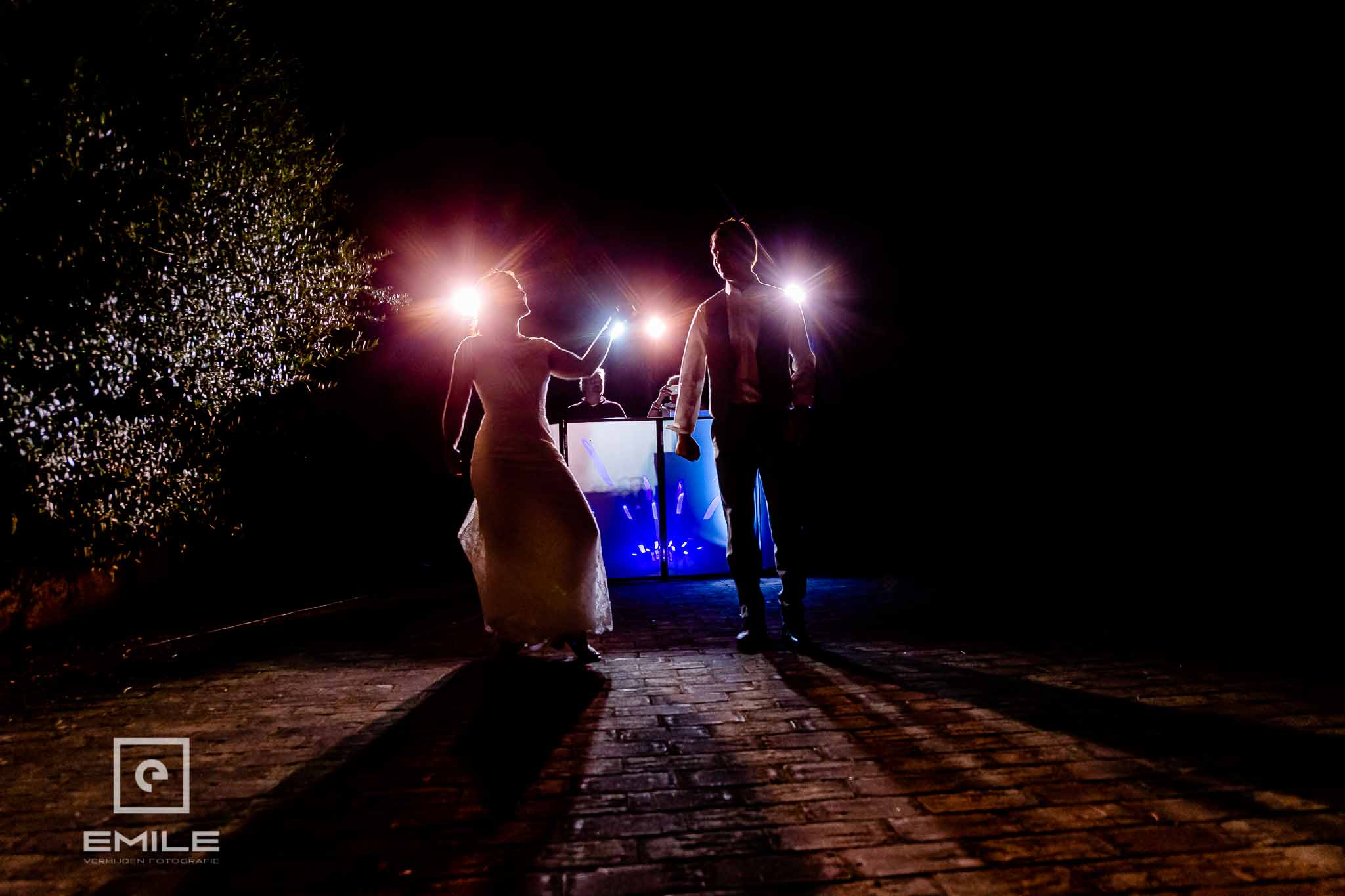 Dansen met tegenlicht -Destination wedding San Gimignano - Toscane Italie - Iris en Job