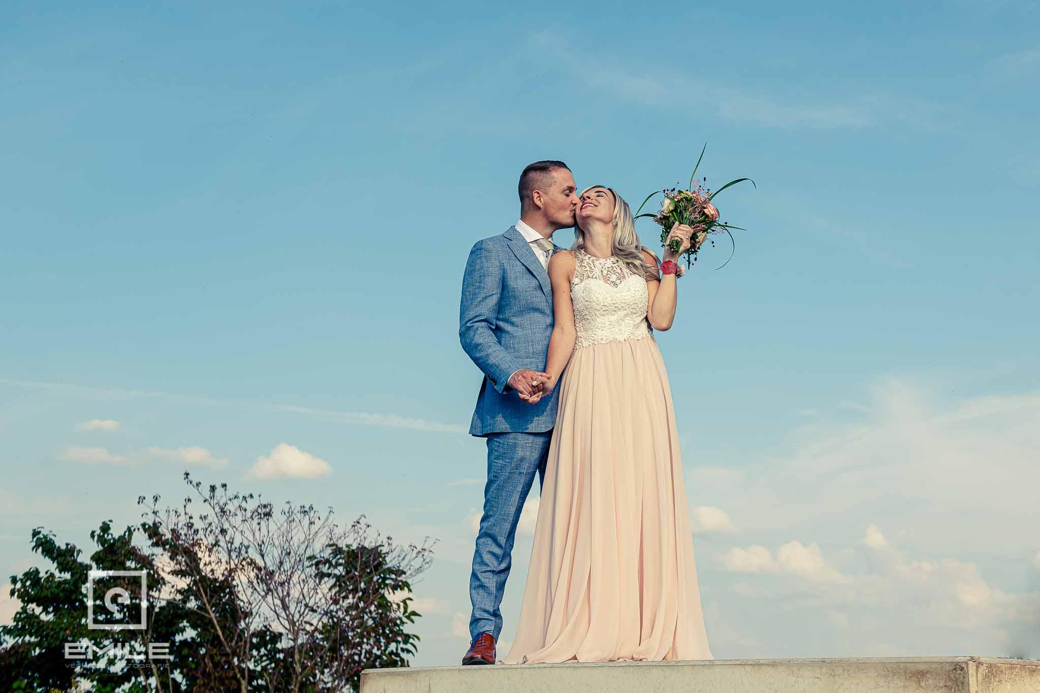 Vintage kleuren - bruidspaar staand op betonnenplaat bij Stevensweert